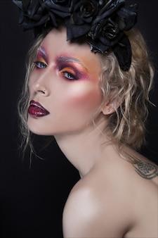 Retrato creativo de primer plano de moda y belleza. maquillaje creativo en joven mujer bonita
