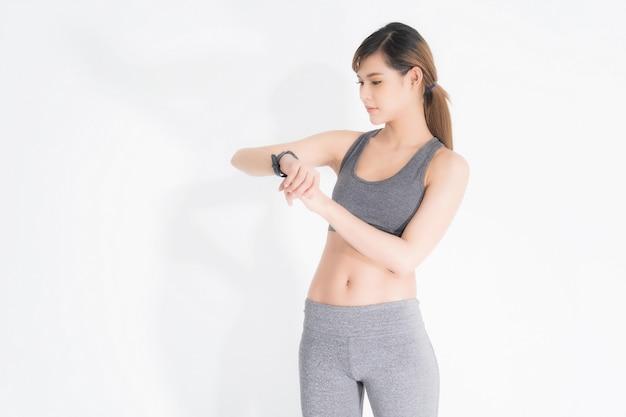 Retrato de crecimiento de mujer fitness en ropa deportiva.