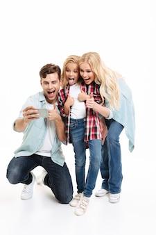 Retrato de cuerpo entero de una alegre familia joven