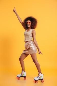 Retrato de cuerpo entero de una alegre mujer afroamericana