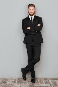 Retrato de cuerpo entero de un apuesto hombre de negocios exitoso