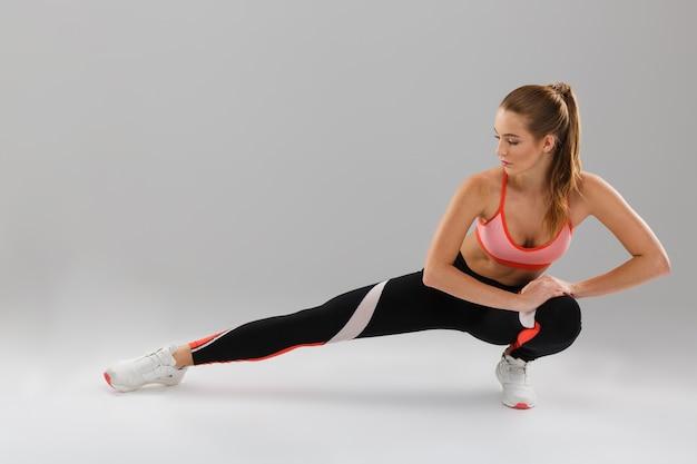 Retrato de cuerpo entero de una atractiva deportista motivada