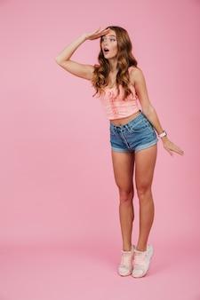 Retrato de cuerpo entero de una bella mujer en ropa de verano