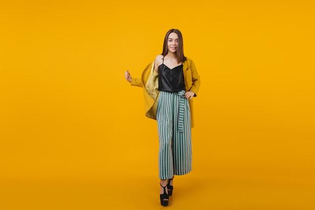 Mujer Bien Formada En Pantalones Casuales Brillantes Bailando Con Una Sonrisa Chica Caucasica Alegre En Traje De Moda Que Expresa Felicidad Foto Gratis