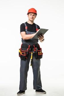 Retrato de cuerpo entero de un constructor masculino sobre fondo de pared blanca. concepto de reparación, construcción, construcción, personas y mantenimiento.
