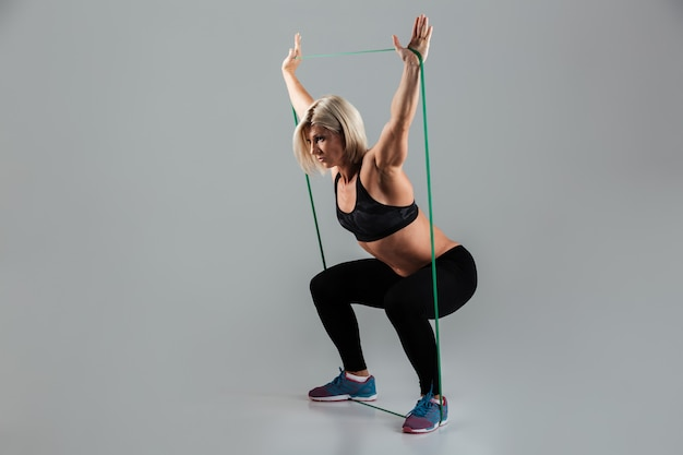 Retrato de cuerpo entero de una deportista adulta muscular seria
