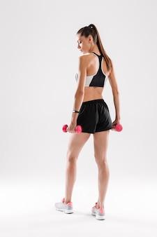 Retrato de cuerpo entero de una deportista confiada
