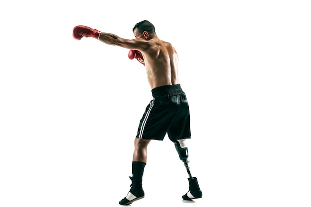 Retrato de cuerpo entero de deportista musculoso con prótesis de pierna