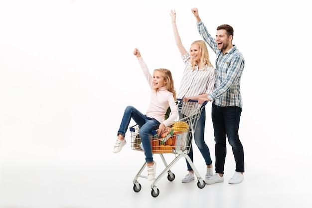Retrato de cuerpo entero de una familia alegre
