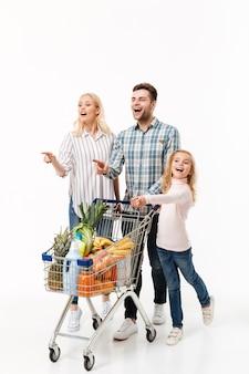 Retrato de cuerpo entero de una familia emocionada