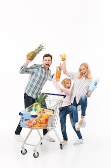 Retrato de cuerpo entero de una familia feliz divirtiéndose