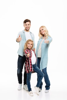Retrato de cuerpo entero de una familia feliz y sonriente