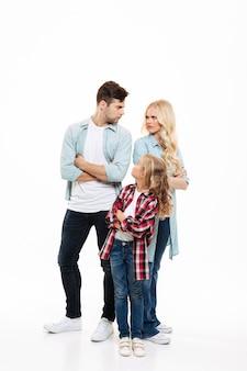 Retrato de cuerpo entero de una familia furiosa enojada
