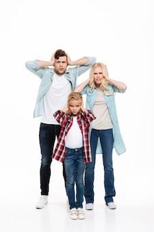 Retrato de cuerpo entero de una familia irritada molesta