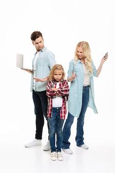 Retrato de cuerpo entero de una familia ocupada teniendo y argumento