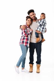 Retrato de cuerpo entero de una feliz familia africana joven