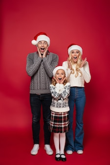 Retrato de cuerpo entero de una feliz familia joven alegre
