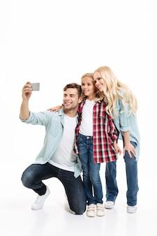 Retrato de cuerpo entero de una hermosa joven familia