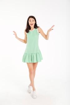 Retrato de cuerpo entero de una hermosa niña vestida de vestido
