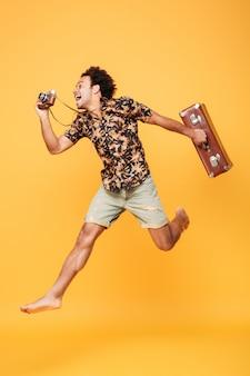 Retrato de cuerpo entero de un hombre africano feliz en ropa de verano
