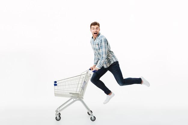 Retrato de cuerpo entero de un hombre alegre saltando