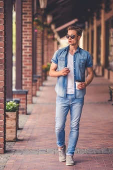 Retrato de cuerpo entero de hombre con estilo en ropa de jeans