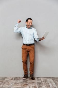 Retrato de cuerpo entero de un hombre maduro feliz