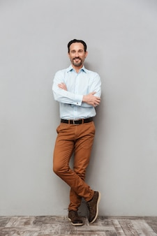 Retrato de cuerpo entero de un hombre maduro vestido con camisa
