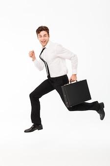 Retrato de cuerpo entero de un hombre de negocios guapo feliz