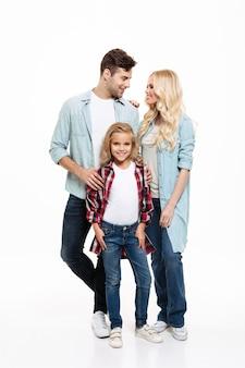 Retrato de cuerpo entero de una joven y bella familia de pie juntos