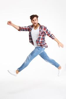 Retrato de cuerpo entero de un joven casual saltando