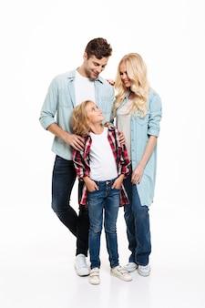 Retrato de cuerpo entero de una joven familia alegre