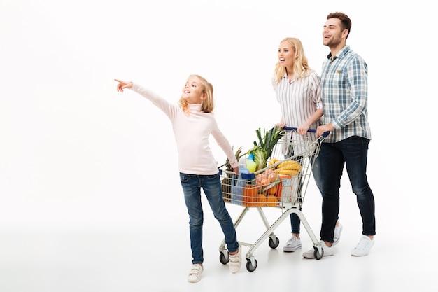Retrato de cuerpo entero de una joven familia caminando