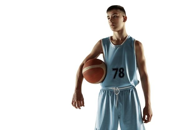 Retrato de cuerpo entero de joven jugador de baloncesto con una pelota aislada en blanco