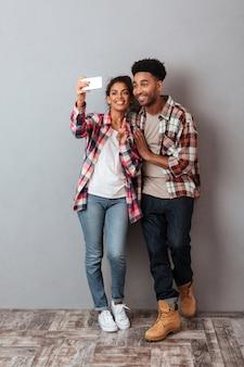 Retrato de cuerpo entero de una joven pareja africana feliz