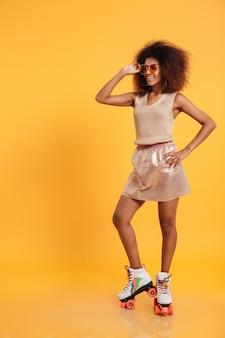 Retrato de cuerpo entero de una mujer afroamericana feliz