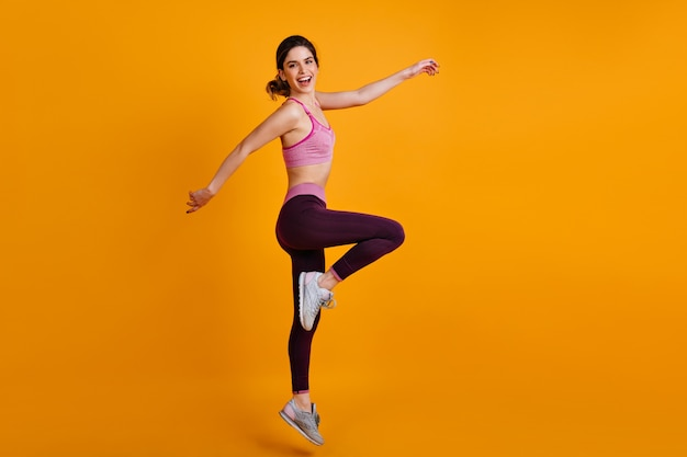 Retrato de cuerpo entero de mujer deportiva bailando