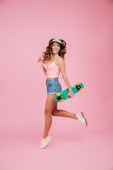 Retrato de cuerpo entero de una mujer feliz en ropa de verano