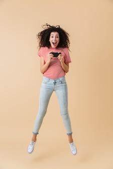 Retrato de cuerpo entero de una mujer joven emocionada