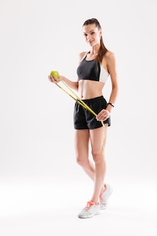 Retrato de cuerpo entero de una mujer sonriente saludable fitness