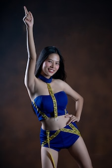 Retrato de cuerpo entero de una niña bonita feliz en vestido azul bailando
