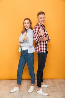 Retrato de cuerpo entero de una pareja de adolescentes seguros