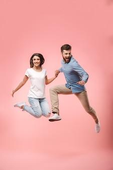 Retrato de cuerpo entero de una pareja joven alegre