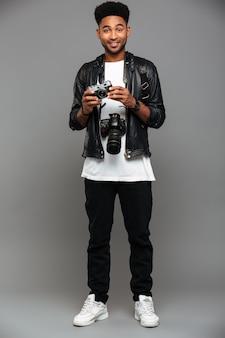 Retrato de cuerpo entero de un sonriente chico afroamericano