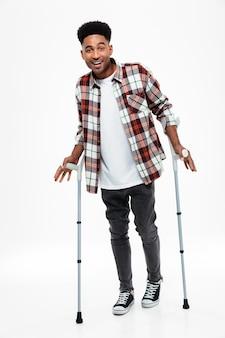 Retrato de cuerpo entero de un sonriente joven afroamericano