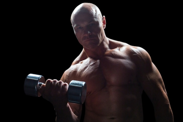 Retrato de culturista haciendo ejercicio con pesas