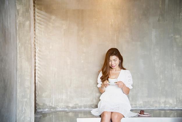 Retrato de dama asiática encantadora en cafetería, estilo de vida de mujer feliz