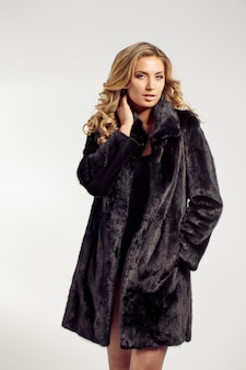 Retrato de una dama seductora en abrigo de pieles