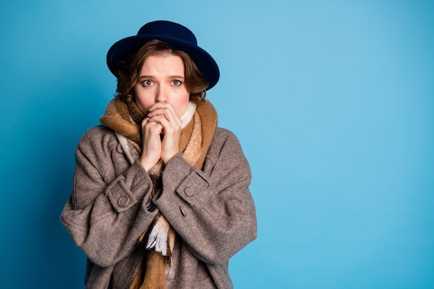 Retrato de dama viajera tiene problemas con el clima frío día helado inesperado soplando la boca caliente a los brazos use un elegante sombrero de bufanda de abrigo gris largo informal.