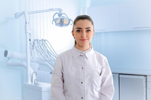 Retrato de dantista en clínica dental.